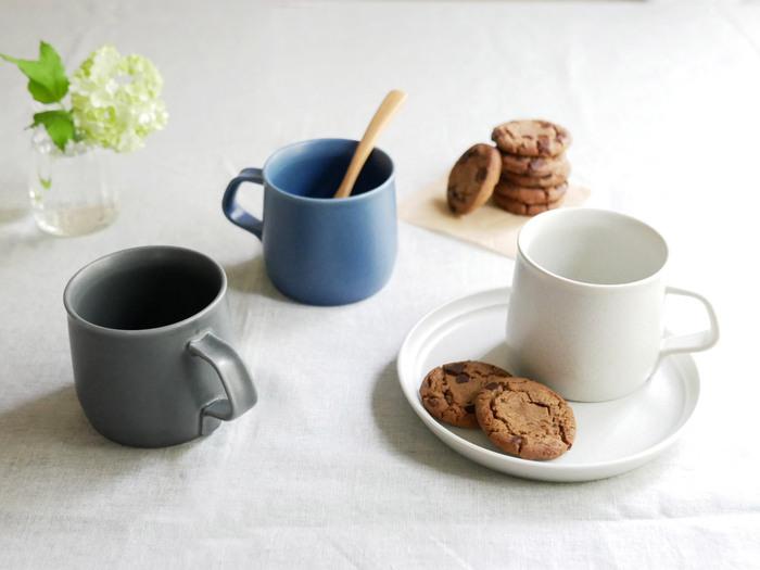 カラーはアッシュホワイト、ブルー、ダークグレーの3色。落ち着いた色とマットな質感は、男女問わず使えて食卓にも合わせやすいですよ。