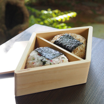 ひし形のお弁当箱はおにぎりが2個入るサイズ感。仕切りは外せるのでお弁当箱としても使えますよ。