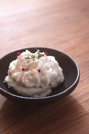 じゃがいもやさつまいもよりも日本では歴史が古い里芋をマッシュして、もっちもちふわふわの副菜に。チーズを使っていますが、やはり和の雰囲気が感じられて素敵です。散らしたピンクペッパーも可愛いですね。