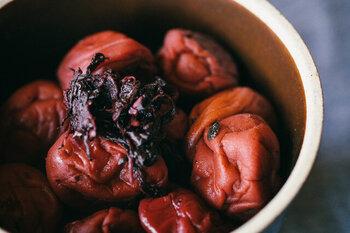 国内産の南高梅を、釜炊塩としそで漬けて天日干しにしたシンプルな梅干し。化学調味料・着色料・保存料・甘味料は一切使っていない無添加。酸味が強すぎないので食べやすく、柔らかな果肉としその香りを満喫できます♪