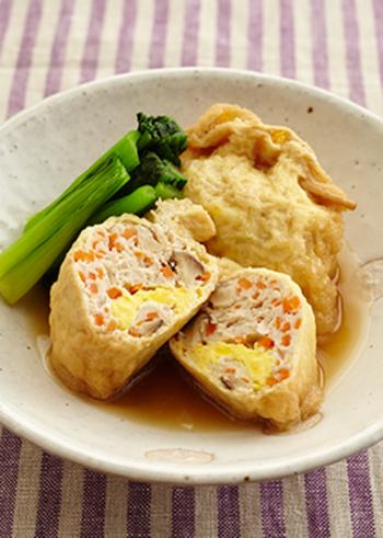 豆腐入りの肉だねや野菜がたっぷり詰まった袋煮。優しい味わいが口いっぱいに広がる、ぬくもりあるお料理です。写真のように、ひとつだけ切って、断面を見せるときれいですね。