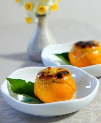 柚子の中身をくり抜いた器に牡蠣を入れ、柚子味噌をのせてオーブントースターで焼きます。簡単ですが、見映えのする本格的な一品。柚子味噌は、気長によく練るのがコツです。