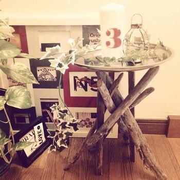 流木を脚に使ったおしゃれなサイドテーブル。流木と一緒に角材を使って安定感をアップしています。流木の形によって印象が変わるのも面白いところ。雑貨を置くディスプレイコーナーにしてもいいですね。