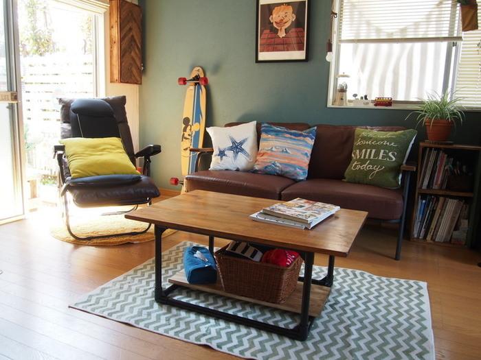 イレクターパイプと天板を組み合わせたテーブルです。1×4材で天板を作り、ジョイントのパーツで固定。天板は取り外せるタイプになっています。パイプの脚を縦と横に倒すことで、高さを変えることができて便利です。