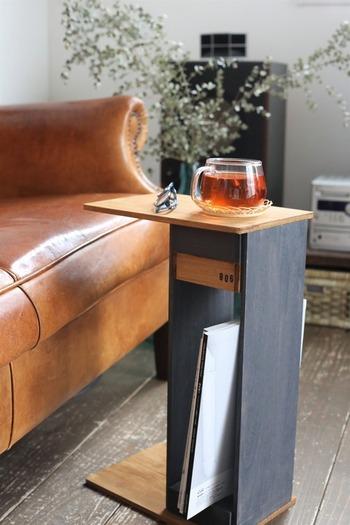 カフェにありそうなおしゃれなサイドテーブルですが、100均の木板や木箱などを上手く利用しているのでカット不要!釘を使わずに接着剤で貼り付けていくので、初心者さんにもおすすめです。脚の部分に雑誌を立てかけて収納可能◎