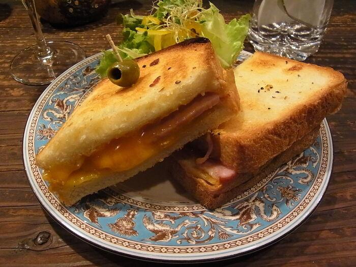 2種類のチーズと、マッシュルームとハムを、厚めのトーストではさんだ「クロックムッシュ」。コクのあるチーズが溶け出す、ボリュームのある一品です。ミニサラダがついてくるのも嬉しいポイント。