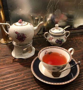 コーヒーはもちろん、紅茶やジュースも注文することができますよ。紅茶はポットでの提供です。ポットの下には固形燃料が置かれているため、長時間経っても冷めることなく紅茶をいただけます。