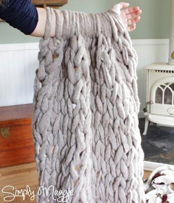 せっかくならハンドメイドにチャレンジしてみるのも楽しそうですね。実は太い毛糸を使って手で編む方法を使うと、大きなブランケットでも1時間くらいで仕上がってしまうんです。こんな風に腕を使って編んでいくんですよ。