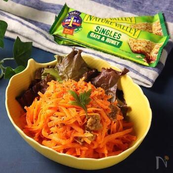 オレンジ色の野菜と言うと忘れてはいけないのがにんじん。ラペにすると、にんじんのオレンジ色損なわせずに食卓に並べることができます。ビタミンは加熱に弱いので、火を通さないレシピは栄養面でも嬉しいことだらけですね。