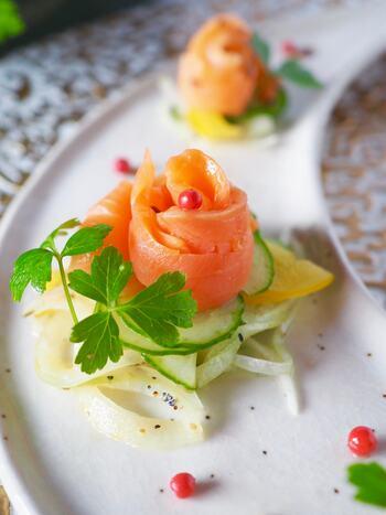 サーモンは生のまま使うと元々持っているオレンジ色を活かすことができます。調理しなくてもよいので手軽に彩りのある副菜を作ることができる食材です。緑色の野菜や玉ねぎと合わせるとより美味しそうな一品が出来上がり。