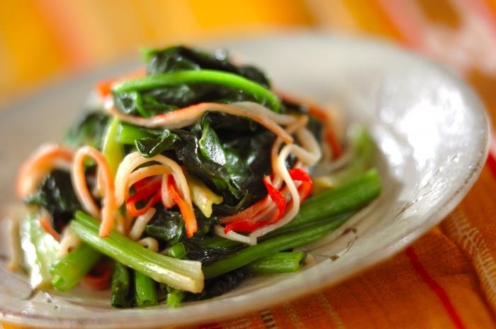 緑色の野菜と言えば、鉄分が豊富に含まれているほうれん草!葉の部分は火を通すと柔らかくなり、小さい子供でも食べやすいですね。赤色が鮮やかなカニカマをプラスすることでより彩り豊かに。