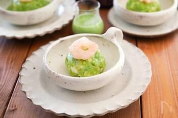 海老しんじょうを小松菜の絞り汁で染めた一品。爽やかなグリーンと海老のコントラストが綺麗です。主な食材は海老とはんぺんなので、とってもヘルシー。お祝い事などにも◎。