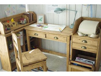 学習机の周りにランドセルや教科書、学用品などの学校で使うものをまとめて置いておけば、片付けや翌日の準備などもスムーズに行いやすいです。デスクやシェルフなど、同じシリーズで揃えることで見た目にも統一感が出ますよね。木目の風合いが温かみがあるナチュラルな子供部屋を作ってくれます。