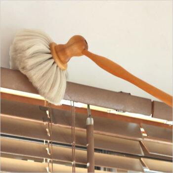 高い場所の掃除は柄の長い天井ブラシを使うととっても楽。REDECKER(レデッカー)の天井ブラシは柄が長く高い場所もラクラク届きます。  レデッカーの天井ブラシは2種類。デリケートなものには柔らかな山羊毛のブラシ。コシのある馬毛はほこりをしっかり払ってくれます。