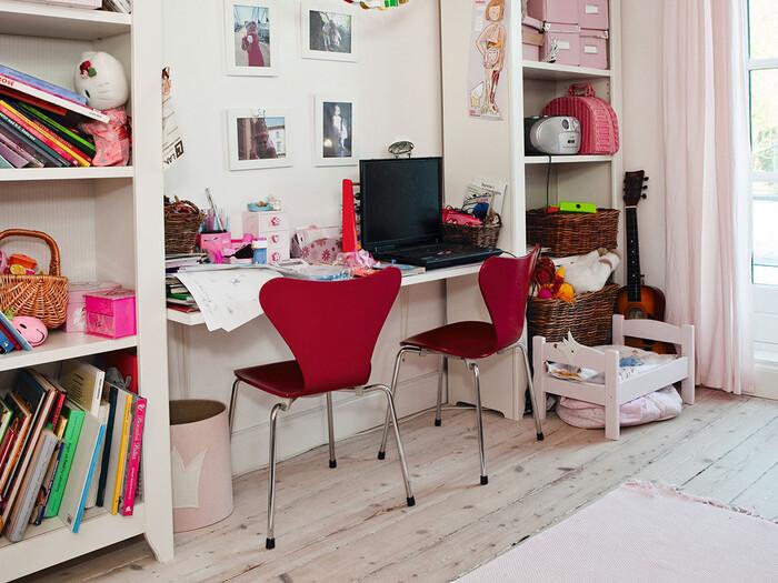 赤やピンクのカラーでまとまっていたり、お気に入りの写真が壁に貼られていたりと楽しく可愛らしい子供部屋です。大人が過ごす空間はどうしても落ち着いたカラーでまとまってしまうことが多いので、是非子供が過ごす空間は「自由に、楽しく」という気持ちで作ってみましょう。机の上の散らかり具合がいかにも子供!という印象ですね。整理整頓も少しずつ自分たちでできるよう、パパママが教えていきましょう。