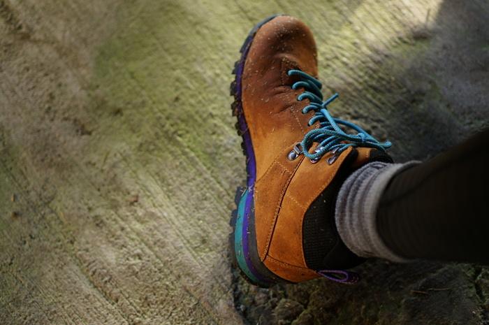 """☆お勧めはミドルカット  今記事で紹介したような、整備された山道が続く低山登山、ハイキングコースであれば、ハイカットで重厚な登山靴よりも、ミドルカットで軽いタイプのものがお勧めです。このタイプは、様々なモデルが販売されているため、好みや予算、足に合うものを選びやすく、タウンユースしやすい利点もあります。  ☆初級者はハイカットでも。 初級者で""""怪我""""のリスクを軽減するのなら、ハイカットで軽量タイプを選びましょう。 初級者にとって一番懸念されるのは、""""足首の捻挫""""。ハイカットで足首が支えられていると、足首を捻って怪我をするリスクが軽減しますので、購入する時は、検討しても良いでしょう。  ★購入時は、必ず試着を。  足の形は千差万別。靴も様々。好みであっても、試着しなくては、履き心地は全く分かりません。 靴は、前後に指一本分の余裕があること(通常のサイズよりも0.5~1.0cm位、子供はそれよりもやや大きめでも)。履いてみて、つま先を靴の先に当てた時に、かかとに指一本程度の隙間が欲しいところです。靴は""""ぴったり""""よりも、""""大きめ""""を考え、靴下の厚さ、靴紐で調整します。  靴紐を結ぶ時は、まずかかとを靴にきちんと合わせた後に、靴の先(つま先)から順に靴紐をしめます。歩いてみて、足が靴の中で滑らないかチェックします。(※靴が大きすぎると、足が靴の中で遊んでしまい、マメが出来やすく、疲れやすく、怪我もしやすいので注意)"""