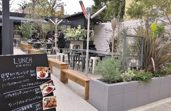 旧安田庭園でのお散歩の後は、隣接している「両国テラスカフェ」でランチはいかがでしょう?広々とした店内やテラス席は開放感抜群で、景色を眺めながらくつろぐことができます。