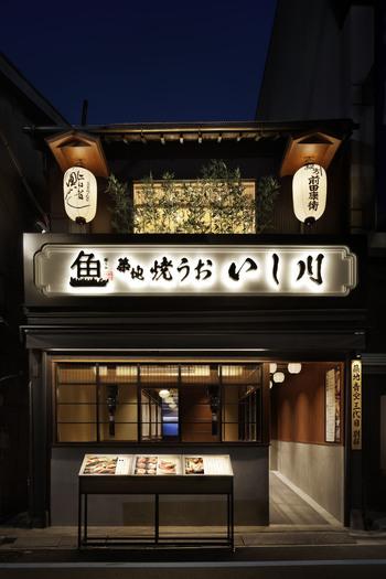 """東京メトロ築地駅から徒歩5分の「焼うお いし川」は築地ならではの一風変わった焼肉屋として人気のお店です。それはなんと""""肉のない焼肉""""!鮮度抜群の魚を絶妙な火加減で炙って食べるお店なんです。全席が暖簾や壁で仕切られた半個室になっているので、周りを気にせずのんびり食事ができるのも嬉しいですよ。"""