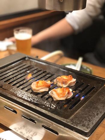 雰囲気はまさに焼肉ですが、実際に焼くのは新鮮な魚介類。ここでは天然本マグロの大トロを「特上カルビ」、中トロを「上カルビ」と呼びます。他にもハツやホルモンなど、普段はなかなか食べることのできないお魚の美味しい部分を楽しむことができますよ。