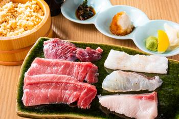 ランチにはこちらの「築地最強の炙り焼き定食」がおすすめ。各種お魚は一枚一枚秘伝のタレにつけこまれており、炙ることでさらに旨味が増します。ご飯は赤酢の酢飯になっており、魚との相性も抜群です。