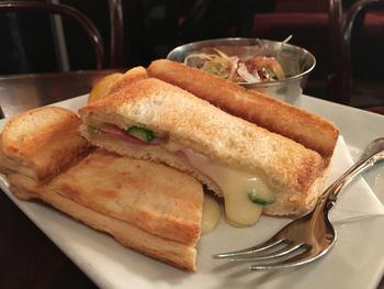 こちらは人気ホットサンドメニューの1つ、「コンビーフチーズ」です。コンビーフはほんのり塩味、チーズはびよーんと伸びるほどの濃厚さ。その中でも、アスパラのシャキッとした食感はしっかりと生きています。使われているのはイギリスパンなので、耳までサクッとしていて、最後まで飽きがきません。