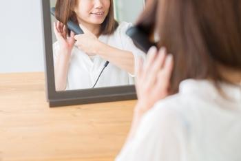 髪を結ぶ前の下準備として、髪の毛をざっくり巻いておくとアレンジしやすくなります。きっちりときれいに巻く必要はなく、毛先や中間をゆるくカールがつくぐらいに巻いておくと◎時間がないときは、ホットカーラーを使うと両手があくので、支度をしながら巻くことができて便利ですよ。