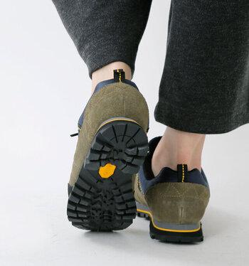 """一昔前までは""""登山靴""""と一括して言われていましたが、日々アウトドアスポーツも進化し、ハイキングシューズ、トレッキングシューズ、アウトドアスニーカー、クライミングシューズ等など、アウトドア用の靴も目的に合わせて細やかに分かれています。 【グリップ力もあるスニーカー型トレッキングシューズ】"""