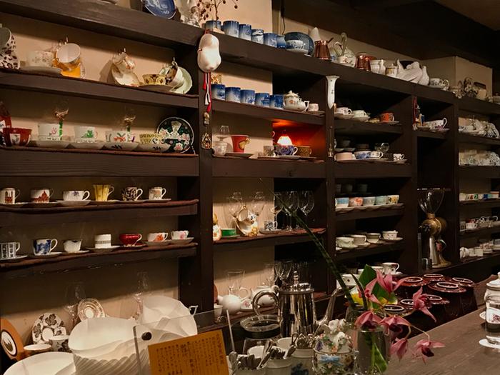 棚に並べられたさまざまな柄のカップ。個性豊かなカップを眺めているだけで心がときめき、時間を忘れてしまうほど。こちらのお店ではお客さんに合わせてカップを選んでいるのだそう。新しい食器との出会いを楽しみに、お店に訪れる人も多いのではないでしょうか。
