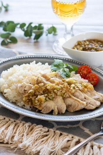 カオマンガイは、茹でた鶏肉をおかずに、その鶏肉の茹で汁で炊いたご飯を味わう料理です。ヘルシーですが、コクのあるタレをかけるので食べ応えがありますよ。こちらは、炊飯器でお肉もご飯も同時に調理できちゃうお手軽レシピ。タレも電子レンジで作れるのでとっても簡単です♪