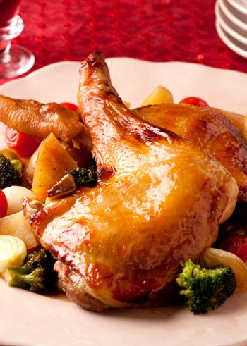 骨付きもも肉をそのまま使った和風の照り煮も、意外性があって面白いですね。みりんをかけながら鶏の表面をパリッと焼き、さらに甘辛なたれで煮込みます。