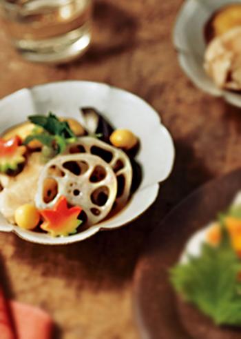和食を一気に上品なおもてなし仕様に格上げしてくれるのが、生麩。可愛い手まり麩などもいいですし、季節が感じられるもみじ麩も素敵♪加賀料理の治部煮にはすだれ麩というものを使いますが、もみじ麩も風情があります。