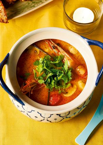 トムヤムクンは、辛さと甘さ、酸っぱさの加わった絶妙な味わいのスープです。ココナッツミルクを入れるか入れないかで濃厚さが変わるなど、手作りならアレンジもOK。こちらは、ココナッツミルク入りのまろやかな味わいのレシピです。本場の材料を使いますが、調味時間自体は20分ほど♪