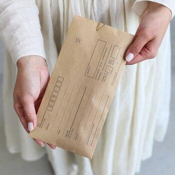 書類や手紙などを送る際にはもちろん、ギフトなどのラッピング用品としても使えるクラフト封筒。クリップで留めて、日ごろの想いをプレゼントと一緒に贈るのもおすすめです。
