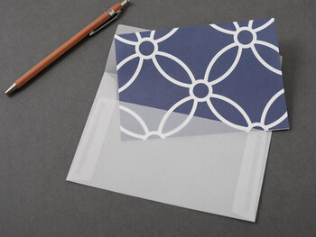 封筒は半透明のトレーシングペーパーで作られているため、便箋の模様がそのまま楽しめるのが特徴です。