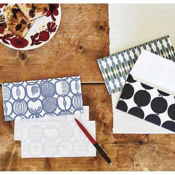 北欧デザイナーとして有名な、スティグ・リンドベリのデザインを、一筆箋と封筒にあしらったレターセットです。一筆箋と封筒の裏側には、箔押しでリンドベリのサインを印字。上質な紙を使用し、高級感のある雰囲気に仕上げています。