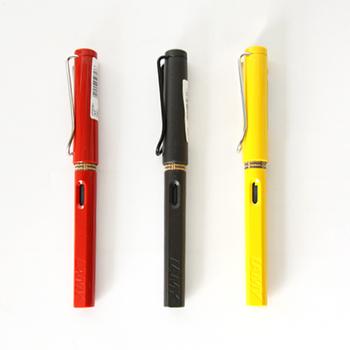 1930年にドイツに創業した「LAMY(ラミー)」は、様々な分野のデザイナーとのコラボレーションで、多彩な商品展開が魅力のブランドです。定番シリーズとして幅広い世代から支持されているこちらの万年筆は、カジュアルなデザインと持ちやすい設計で、かしこまりすぎずに万年筆が持てると人気です。