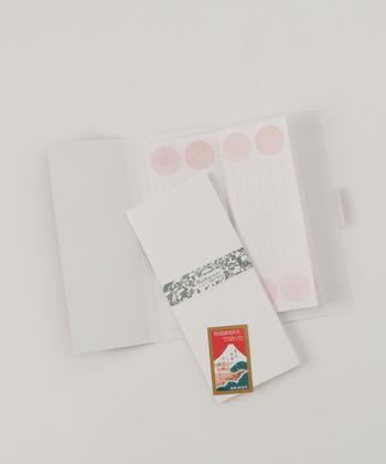 ちょっぴりレトロなデザインと、色彩の美しさが特徴のレターセット。封筒はシンプルなデザインで、相手を選ばずに使用できる点も魅力です。
