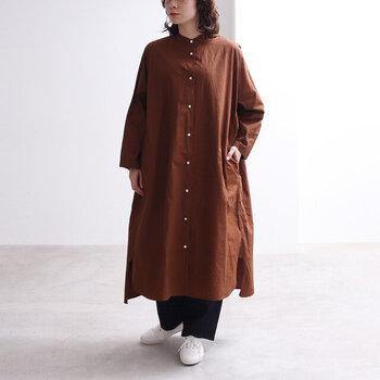 綿素材で、お手入れもしやすいバンドカラーシャツワンピース。前開きのつくりなので、ワンピースとしてだけでなく羽織としても活躍してくれます。裾の長さに前後差があるので、着るだけでトレンド感のある雰囲気に。