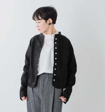 ブラックデニムのバンドカラージャケットは、カジュアルにもフェミニンにも着こなせる着まわし力抜群のアイテムです。コンパクトな丈感で、スッキリとしたシルエットが特徴。ブラウスやシャツなどと合わせれば、きちんと感のあるミックススタイルにも活躍してくれます。