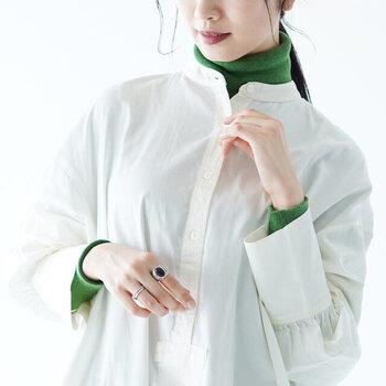 大人のナチュラルコーデに似合う。「バンドカラーデザイン」のお洋服