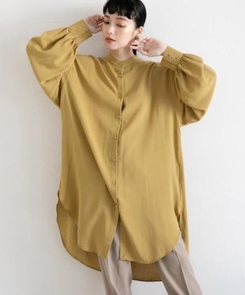 レーヨンとポリエステルを組み合わせた糸を使用し、大人っぽい落ち感を表現したルーズシルエットのシャツ。ボリューム感はありますが、バンドカラーで首元を引き締められるので、ワイドシルエットのボトムスと合わせても着ぶくれしにくいのがポイント。