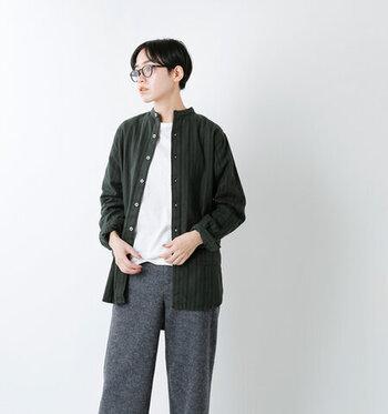 太さを変えたストライプ柄が、印象的な保温性に優れたフランネルシャツ。ボーイズライクでカジュアルな印象のシャツですが、バンドカラーデザインを選べば、ゆったりパンツとの組み合わせもラフになり過ぎない着こなしに仕上げてくれます。