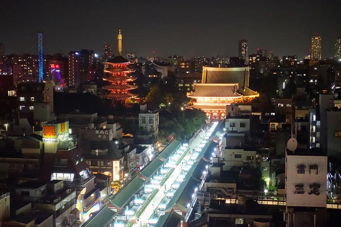 人のいない仲見世通りやライトアップされた浅草寺は、幻想的で引き込まれてしまいそうな魅力があります。奥には東京スカイツリーも見ることができますよ。昼間のにぎやかな姿もいいですが、夜の浅草の姿にも風情があります。