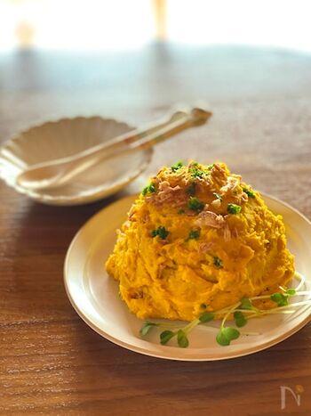 かぼちゃとクリームチーズのサラダは、レンジを使って簡単に作れる時短レシピです。 かぼちゃの甘みとチーズのコクがマッチして、箸が進むこと間違いなし♪  かぼちゃとチーズがなめらかになるまで混ぜても美味しく、ホクホクした食感を楽しみたい人は荒く潰してチーズを合わせてみましょう。
