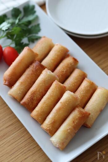ひと口春巻きには、カニカマとチーズの旨味がたっぷり詰まっています♪  中に火を通す必要はなく、周りがきれいなきつね色になればOK! おかずやおつまみにはもちろん、かわいいミニサイズはお弁当のおかずにも◎