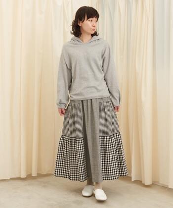グレーベースのチェック柄スカートに、グレーのパーカーを合わせたコーディネート。ナチュラルな雰囲気委のフレアスカートにあえてパーカーを合わせることで、上手にカジュアルダウンしています。同系色で揃えているので、テイストのミックスも違和感がありませんね♪