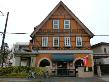 食事は福生駅から徒歩3分のところにある「シュトゥーベン・オータマ」で♪ドイツ料理を味わえるこちらのお店は、外観もドイツ風。入る前からワクワクしてしまいます。