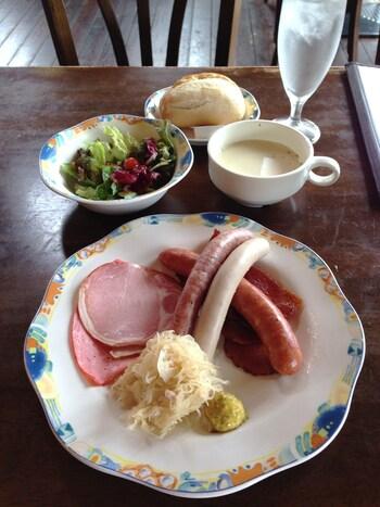 自家製のハム、ソーセージ、ベーコンが食べられる「ソーセージランチ」。国産豚のハムやソーセージはじっくり時間をかけてお肉の美味しさを引き出すドイツ製法で作られています。凝縮された肉の旨味には驚くこと間違いなし。ソーセージなどはお土産用に購入することもできますよ。