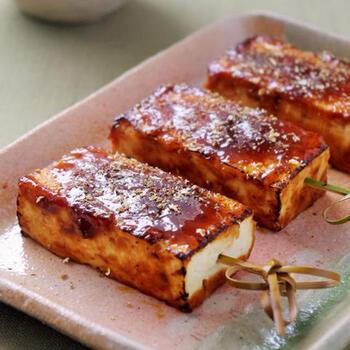 豆腐やこんにゃく、里芋などを使った味噌田楽は、上品な串ものとして存在感がありますね。こちらのレシピのように焼き豆腐を使えば、水切りも簡単で崩れにくいので便利です。粉山椒をお忘れなく。