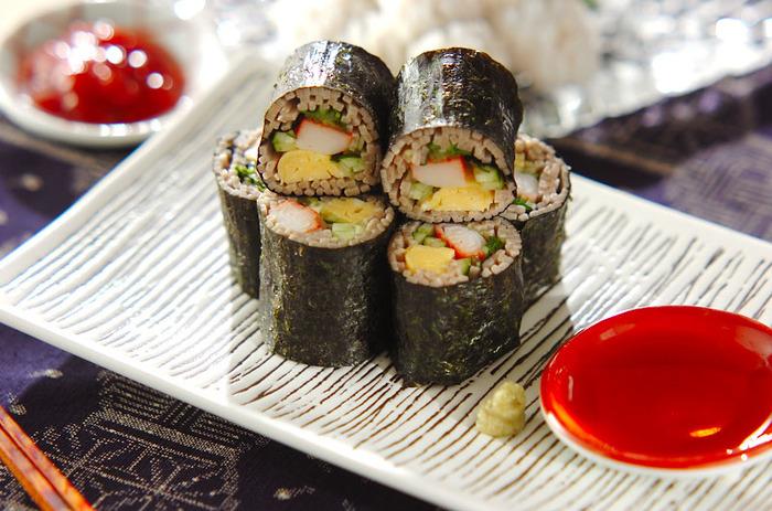 おそばとして出すのもいいのですが、ちょっと凝ってそば寿司にしてみませんか?お酒を楽しみながらつまむのも粋。おそばは、端をタコ糸などでくくってゆでると、バラバラになりません。